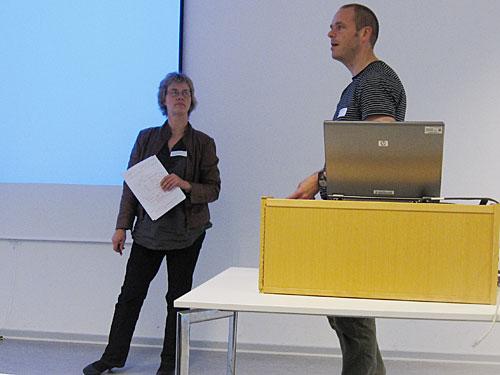 Peter Linde fra Københavns Bymuseum diskuterer Intrasis med Mette Svart Kristianasen fra Aarhus Universitet og de øvrige deltagere